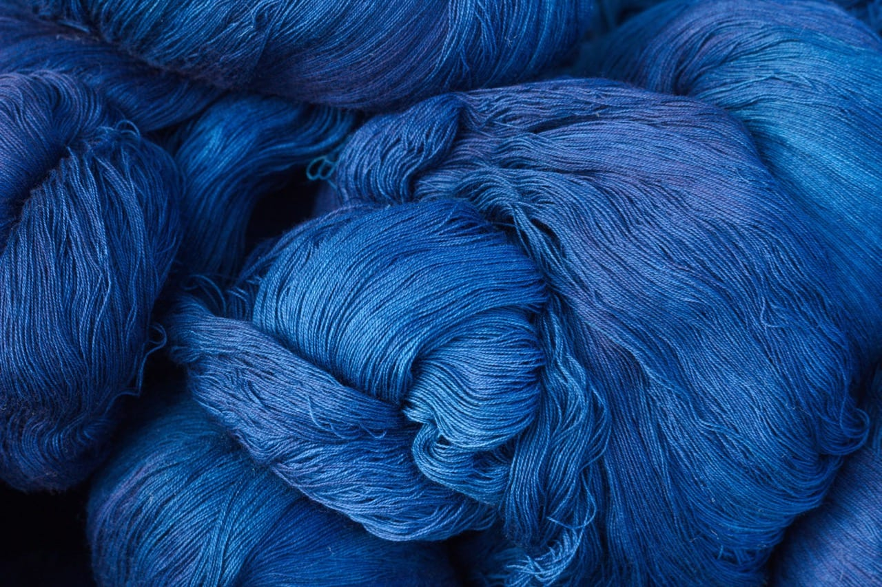 Indigo-dyed yarn for diamond-snapped denim shirt